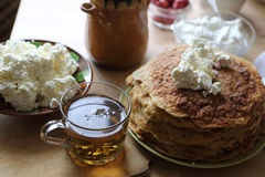 Tea in a transparent cup and pancakes Royalty Free Stock Photos