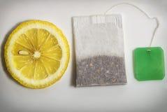Teabag και φέτα του λεμονιού της κινηματογράφησης σε πρώτο πλάνο σε ένα άσπρο υπόβαθρο και του έτοιμου ελεύθερου χώρου copyspace  στοκ φωτογραφίες