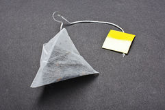 Teabag μορφής πυραμίδων στο σκοτεινό υπόβαθρο στοκ εικόνα με δικαίωμα ελεύθερης χρήσης