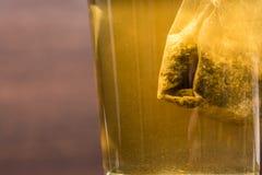 Teabag ciÄ…gnie wewnÄ…trz herbacianego szkÅ'o zdjęcie royalty free
