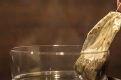 Teabagen tas från nytt bryggat te arkivbilder
