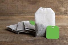 Teabags på träbakgrund Royaltyfri Bild