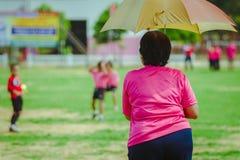 Teachaer femminile sta preparando i bambini che si preparano nella squadra di calcio dentro fotografia stock