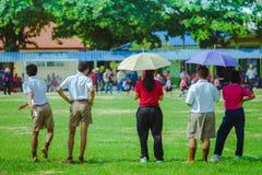 Teachaer femminile sta preparando i bambini che si preparano nella squadra di calcio dentro fotografia stock libera da diritti