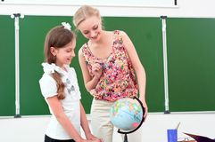 Teacher explains the lesson in geography Royalty Free Stock Photography
