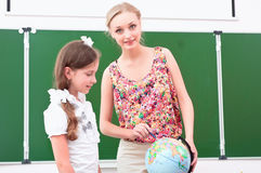 Teacher explains the lesson in geography Royalty Free Stock Photos