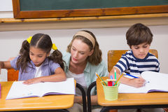 Teacher helping pupils in classroom Royalty Free Stock Photography