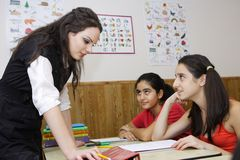 Teacher helping students Royalty Free Stock Photography