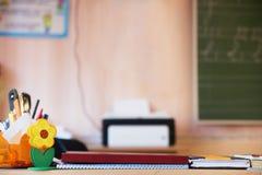 Teacher& x27; tavola di s nella classe Immagini Stock