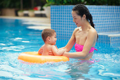 Teaching how to swim Royalty Free Stock Photos