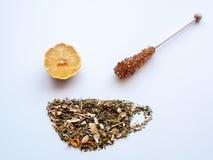 Teacup w postaci luźnych herbacianych liści obraz royalty free