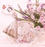 Teacups, statuette do dançarino de bailado, quadro fotografia de stock