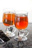 Teaglasses com chá no aparelhador da cozinha imagens de stock