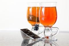 Teaglasses com chá no aparelhador da cozinha fotos de stock royalty free