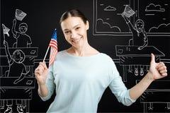 Teahcer positivo che celebra festa dell'indipendenza alla scuola Fotografia Stock