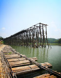 Teak η ξύλινη γέφυρα ήταν χωρίζει και γέφυρα μπαμπού, Kanchanaburi, Τ Στοκ εικόνες με δικαίωμα ελεύθερης χρήσης
