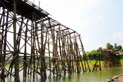 Teak η ξύλινη γέφυρα ήταν χωρίζει, Kanchanaburi, Ταϊλάνδη Στοκ Φωτογραφίες