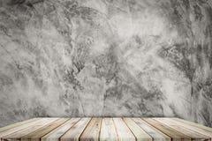 Teak ξύλινο ράφι στο υπόβαθρο ύφους σοφιτών σύστασης τοίχων στοκ εικόνες