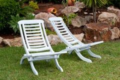 Белые стулы teak Стоковое фото RF