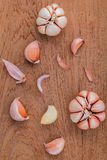 Κλείστε επάνω το οργανικό σκόρδο στο teak ξύλο Στοκ φωτογραφία με δικαίωμα ελεύθερης χρήσης