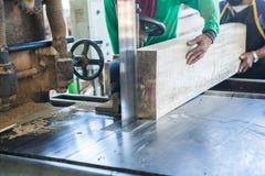Teak het houten in orde maken met lintzaag bij zaagmolen in workshop royalty-vrije stock afbeelding