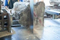 Teak het houten in orde maken met lintzaag bij zaagmolen in workshop stock afbeeldingen