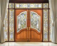 Teak houten deur met berijpt glasbinnenland Stock Fotografie