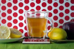 Teakopp med citronen och äpplet Arkivbild