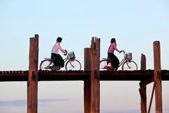 Teakträbro för U Bein i Amarapura, Myanmar Arkivbild