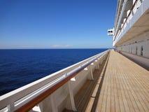 Teakträdäck av en cruiseship Arkivbild