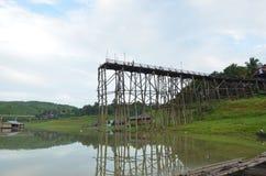 Teakträträbro att förstöra vid styrka av vatten i Thailand arkivfoton