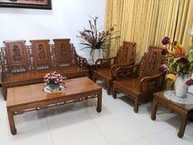 Teakwood oder Tectona Grandis ist ein tropisches Hartholz, das für für hochwertige Innenmöbel, besonders in Java, Indonesien benu stockfoto