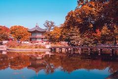 Teal и оранжевая пагода viewof на дворце gyeongbokgung в осени Сеуле Южной Корее стоковая фотография