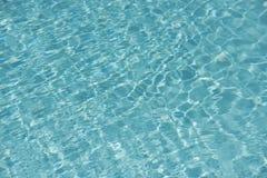 Teal Blue Water in een Zwembad stock fotografie