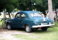 Teal Coloured Car At Playa restaurado Del Este Cuba Imagenes de archivo