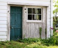 Teal Door idoso com pintura da casca espera um visitante Imagens de Stock Royalty Free