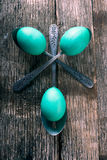 Teal Easter Eggs mit Löffeln Lizenzfreie Stockfotos