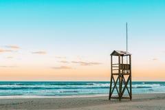Teal et humeur orange de lever de soleil de plage avec la tour en bois de maître nageur de vintage photo libre de droits