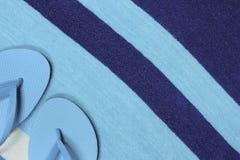 Teal Flip Flops e toalha de praia listrada Imagem de Stock Royalty Free