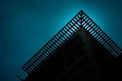 Teal Moonlight através da estrutura do telhado foto de stock