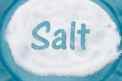 Teal Plate mit vielem Salz mit Text Salz Stockfotografie