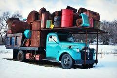 Teal Truck Holding Junk d'annata immagine stock