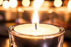 Tealight di rilassamento con un Bokeh di parecchie candele Immagini Stock