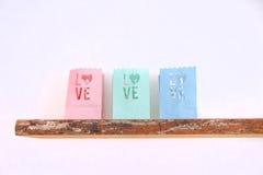 Tealights влюбленности на деревянной полке Стоковая Фотография