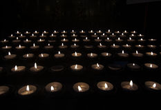 Tealights молитве в темноте Стоковые Фото