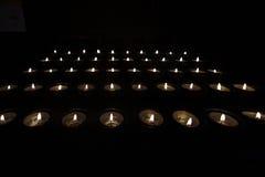 Tealights молитве в темноте Стоковое Фото