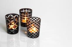 Tealights in den Schwarzweiss-Kerzenhaltern Stockfoto
