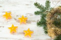 Tealights estrelados com ramo do abeto Imagens de Stock