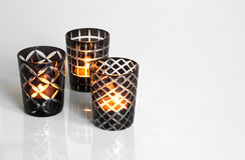 Tealights i svartvita candleholders Arkivfoto