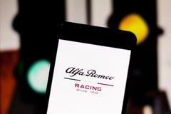 Team Alfa Romeo Racing Formula 1 embleem op het mobiele apparatenscherm Het alpha- Romeo Racing betwist het wereld motorsport kam stock afbeeldingen